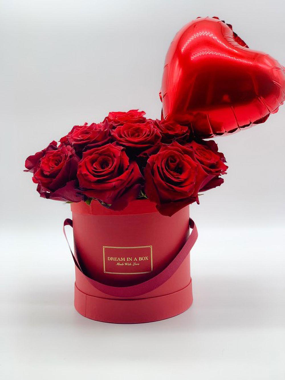 winter dream box per san valentino con rose fresche e cuore gonfiato a elio